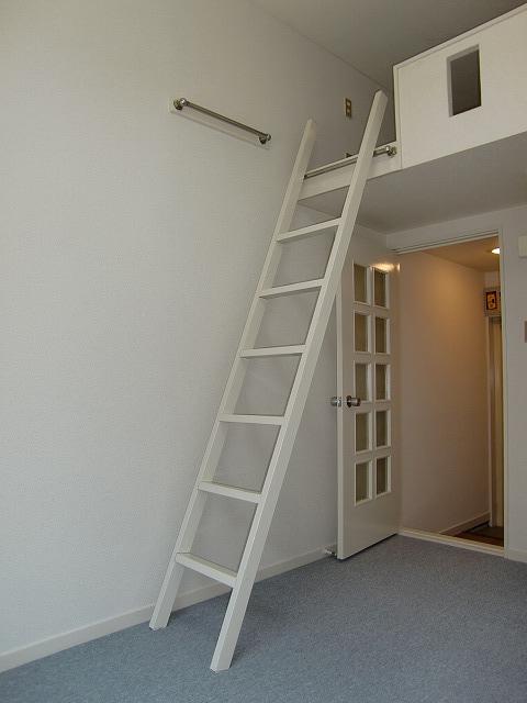 LOFT用ハシゴは壁に掛けられます。